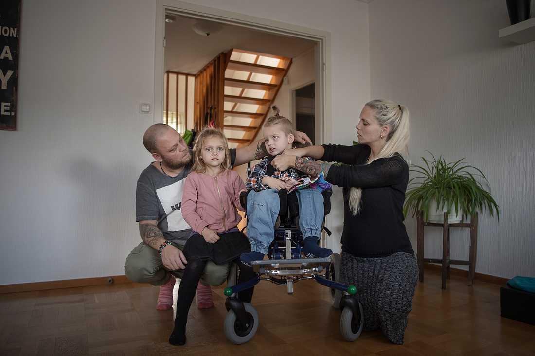 """""""Beslutet från Försäkringskassan har vänt upp och ned på hela vår tillvaro"""", säger  Robert och Lina Andersson, som förutom Cimon, 4, har dottern Isabella, 6, och nu väntar sitt tredje barn."""