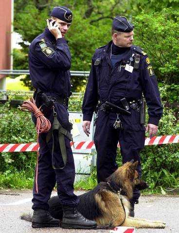 Polisen har ett allmänt signalement att följa, men annars han man inga spår efter de två postrånarna som slog till i Hagfors i går.
