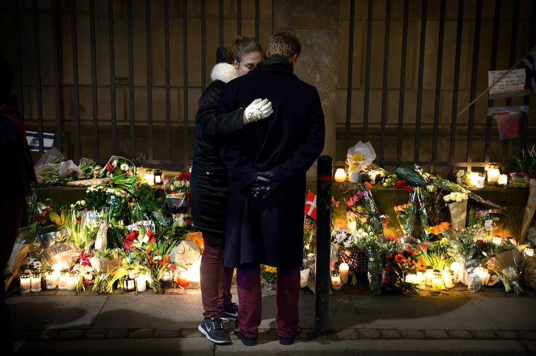 Människor samlades utanför synagogan i Köpenhamn där en människa sköts till döds.