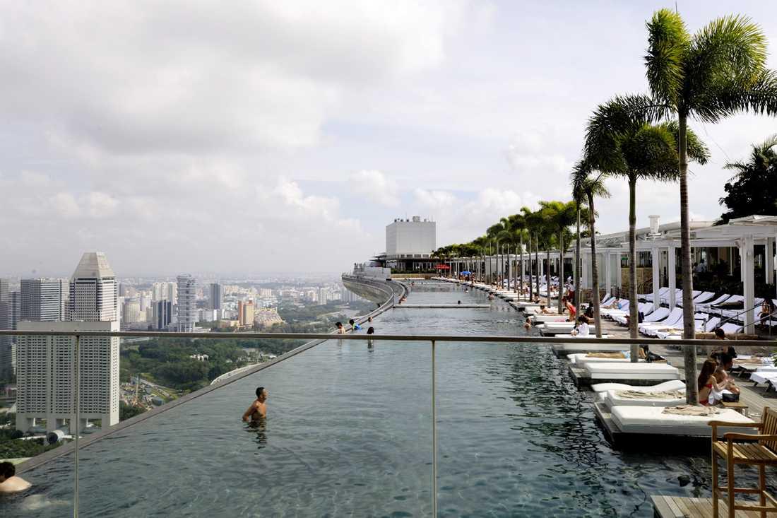Den gigantiska infinitypoolen som bildar tak över de tre hotelltornen i Singapore på Marina Sands Bay. Tyvärr var den omöjlig att göra i Göteborg, på grund av klimatet.