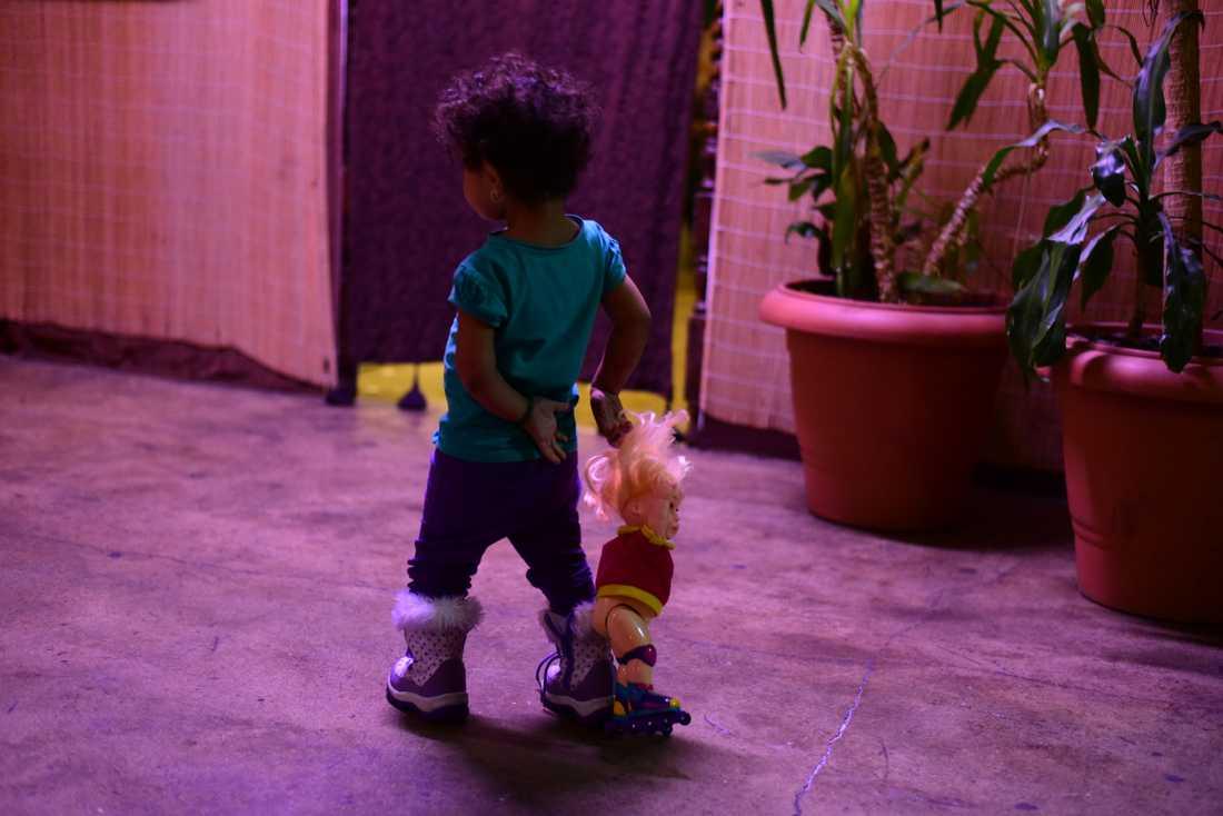 Under den stora flyktingströmmen 2015 och åren därefter var det mellan 250 och 300 människor som kom till Kontrapunkt för att äta av Blaise Aitkins goda mat. Här är en liten flicka som fått mat i magen.