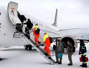 På väg mot katastrofen Här flyger de svenska läkarna mot Haiti.