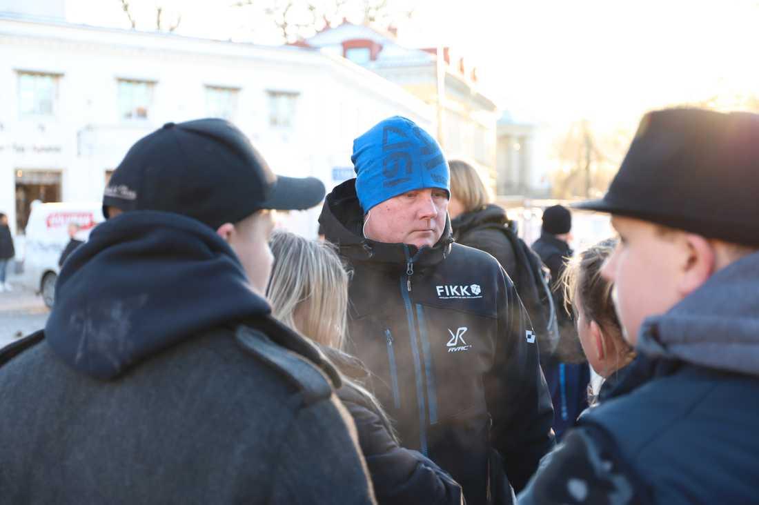 Hundratals människor samlades i dag på Kungstorget i Uddevalla för en minnesstund för 17-åriga Wilma Andersson.Daniel Brodin från frivilligorganisationen FIKK var en av deltagarna