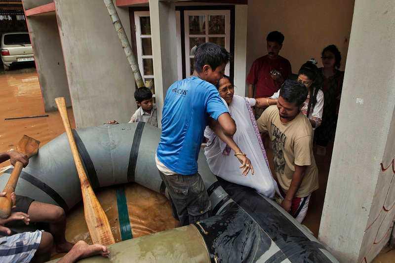 INDIEN: Minst 79 döda De senaste veckornas extremt våldsamma monsunregn har gjort 2,2 miljoner människor hemlösa i delstaten Assam. Minst 79 människor har hittills omkommit i vattenmassorna. Översvämningar brukar inträffa under monsunperioden juni till september, men årets översvämningar bedöms vara värre än på många år.
