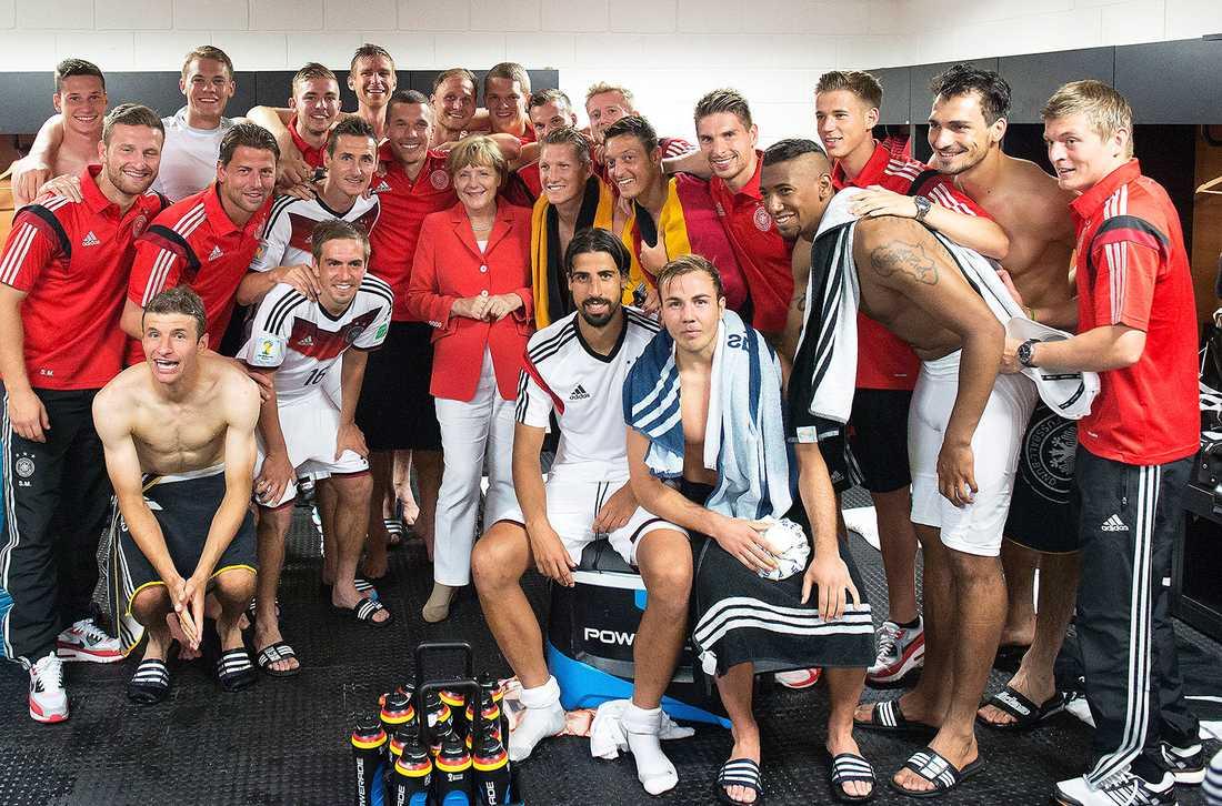Världens mäktigaste kvinna, Angela Merkel, här tillsammans med det tyska fotbollslandslaget. Merkel måste börja se till unionens bästa – och inte bara till Tysklands.