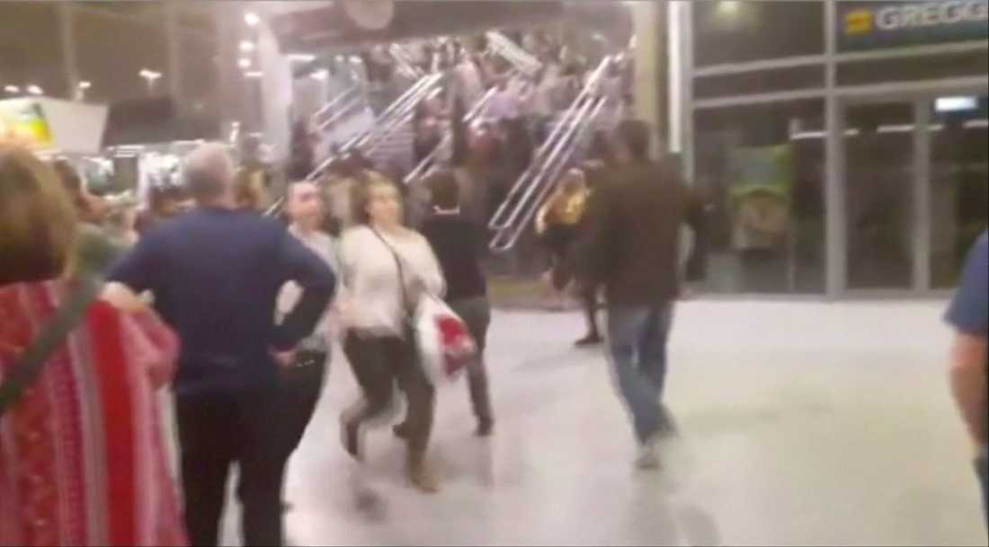 Konsertbesökare flyr från Manchester Arena efter kraftiga explosionen.