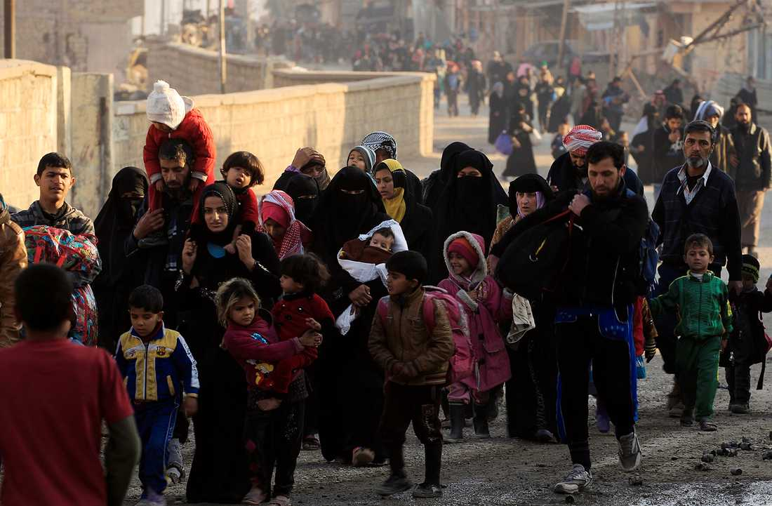Människor flyr undan striderna i Mosul. Obs: Bilden tagen vid ett annat tillfälle än det som återges i artikeln.