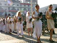 En mängd kvinnor utklädda till brudar kunde ses på Medborgarplatsen i Stockholm.