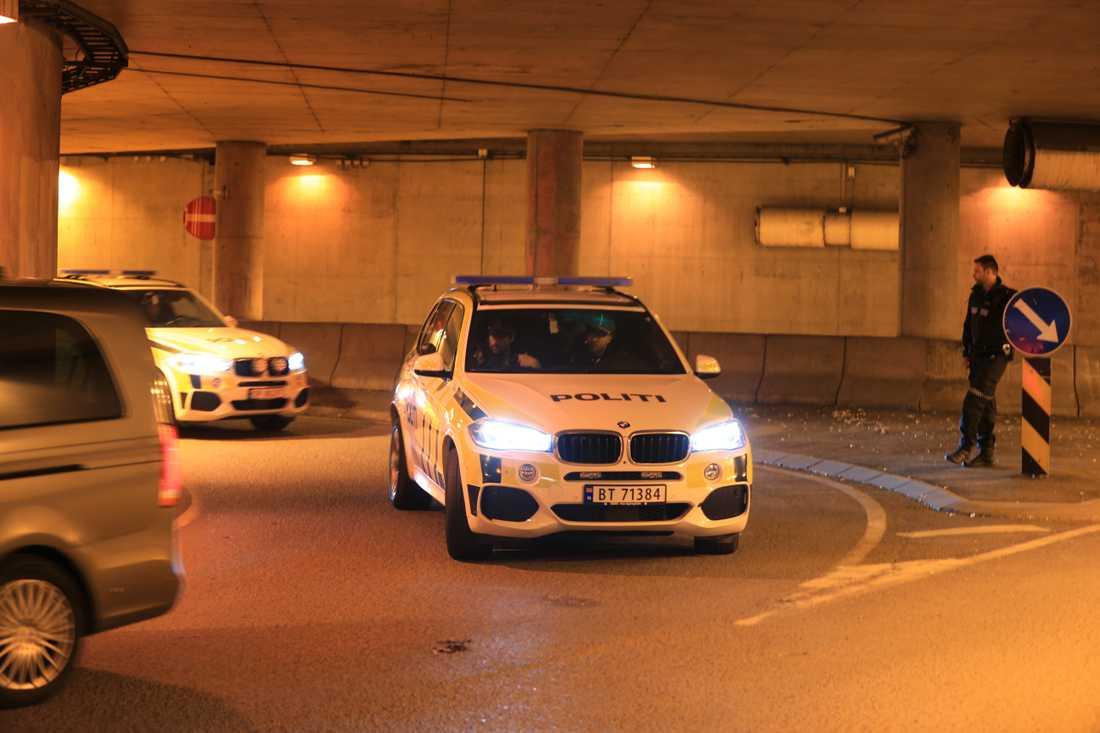 Den misstänkte anlände till rätten eskorterad av flera polisbilar.