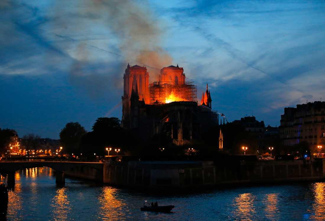 Brandmän försöker att släcka branden i Notre-Dame.