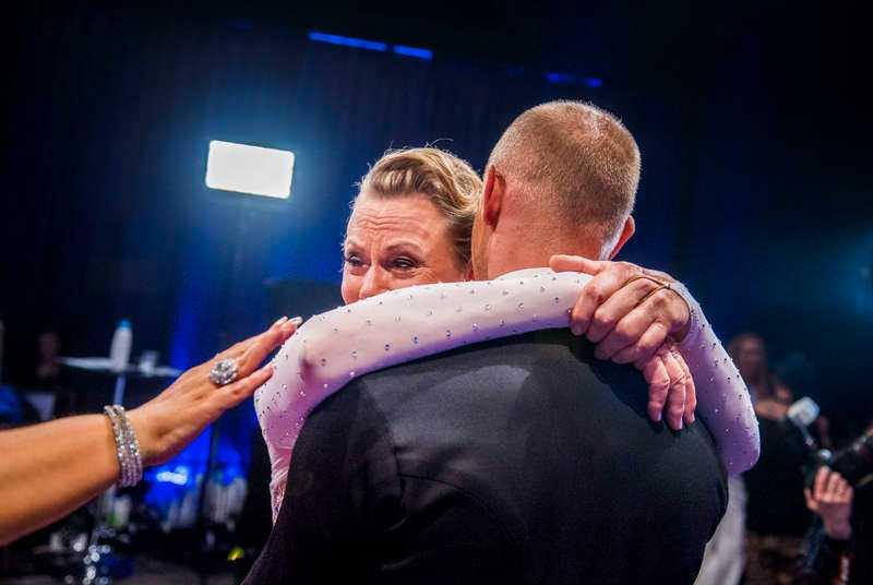 Arja Saijonmaa fick en tröstkram av danspartnern Tobias Wallin …