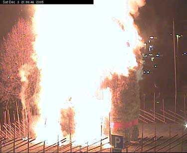 Gävle kommuns webbkamera fångade hela brandförloppet. Här klockan 21.09 är bocken helt övertänd.