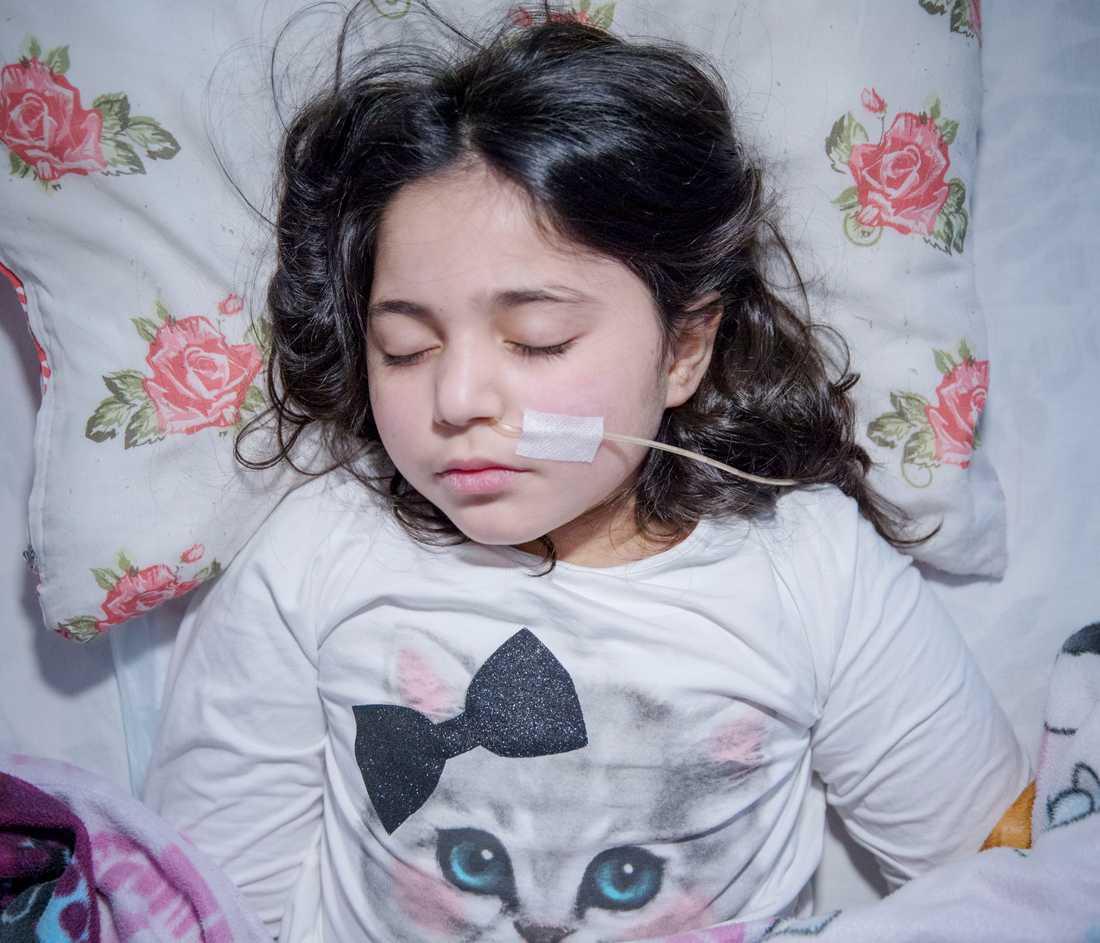 """Porträttserie, 2-a pris: I Sverige har flera hundra immigrantbarn vars familjer riskerar utvisning drabbats av uppgivenhetssyndrom, ett förbryllande tillstånd då barnet drar sig undan från omvärlden, inte ens reagerar på smärta och måste sondmatas, i vissa fall flera år. """"Hon lider inte nu"""" , säger läkaren Elisabeth Hultcrantz om tioåriga Leyla Ahmed, som flytt från Syrien."""