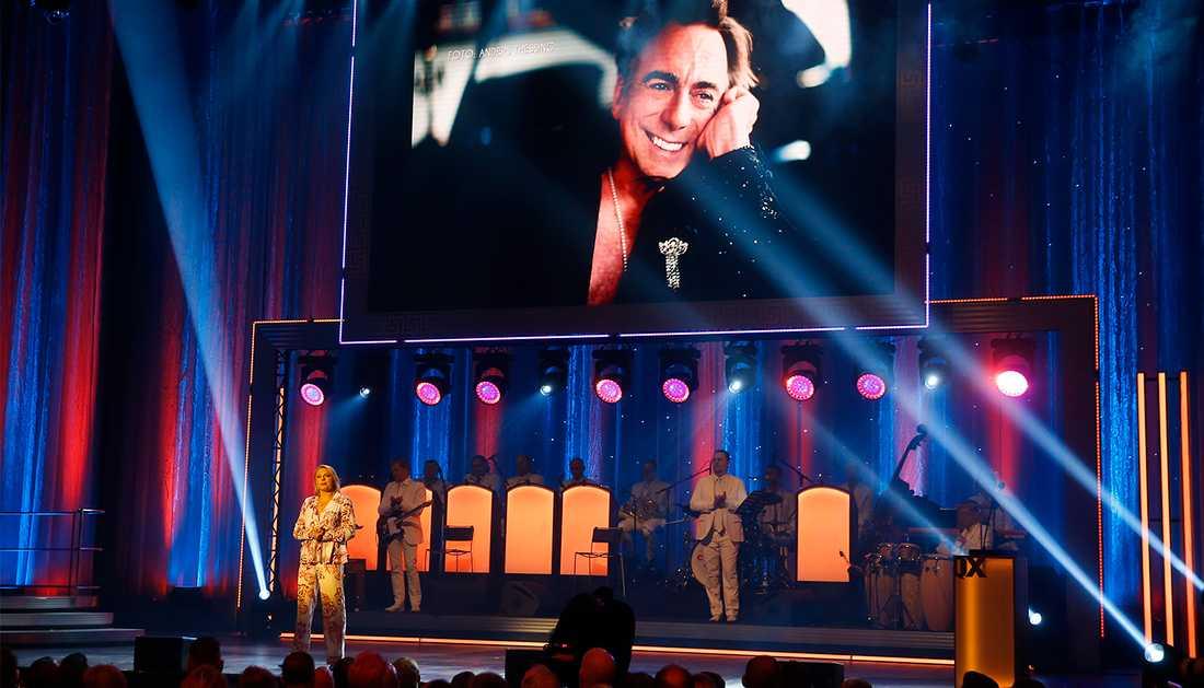 Helena Bergström på scenen under hyllningen av Rikard Wolff på QX-galan.