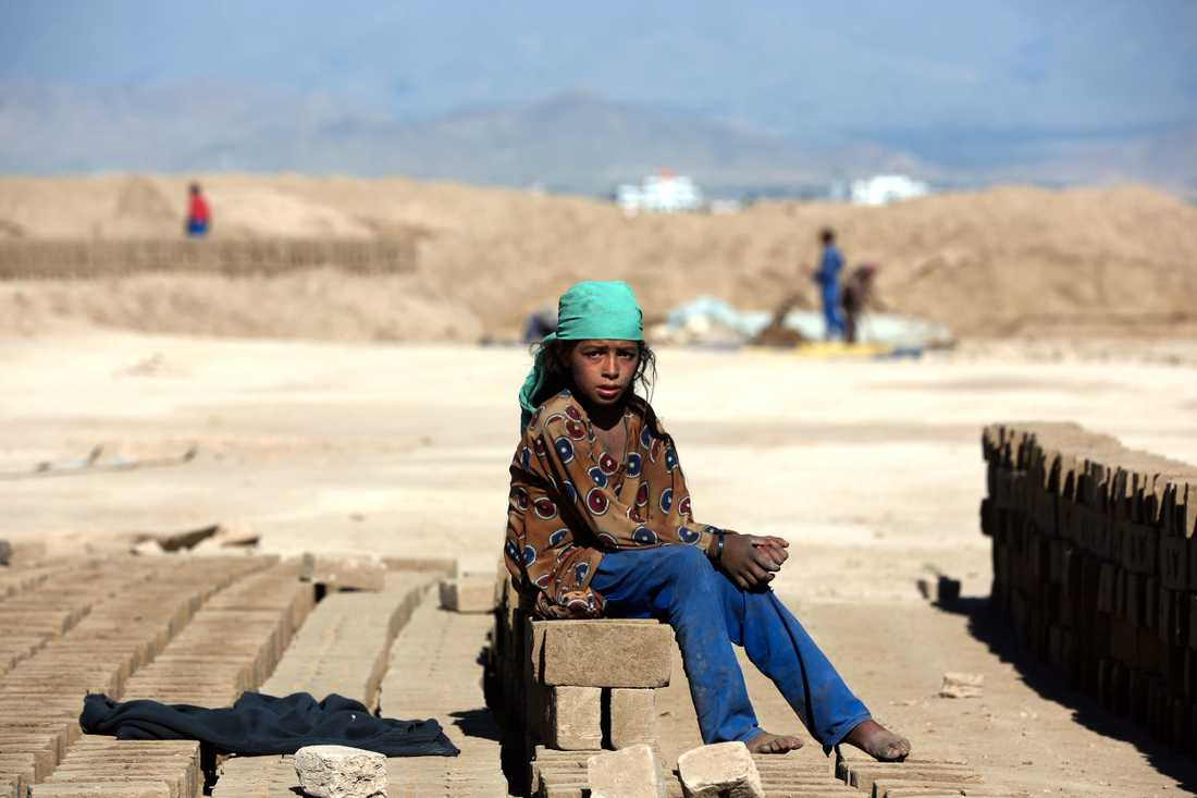 Amina, nio år, söker arbete på en tegelfabrik utanför Kabul. Tusentals barn i Afghanistan tvingas arbeta.