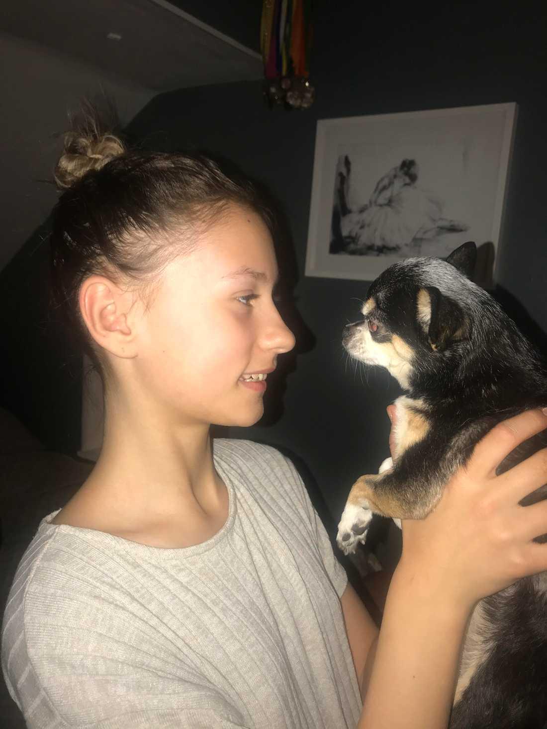 Matte Felicia, 12, och hunden Alice.