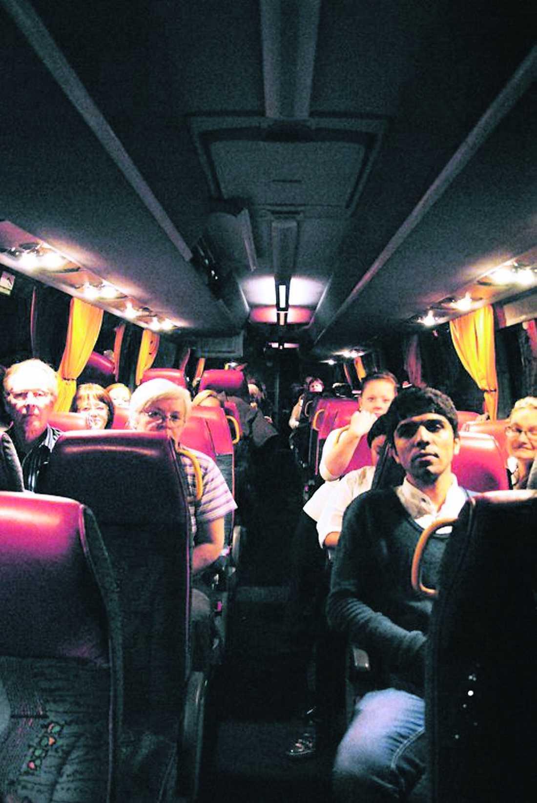 """satt fast i sju timmar En buss med ett 40-tal passagerare fastnade vid tretiden i trafikkaoset efter olyckan på E4. De fick tillbringa hela natten i den stillastående bussen """"Man visste ju om olyckan när vi åkte från Sundsvall. Vi borde ha dirigerats om"""", säger en av passageren, Yvonne Jonsson, 60."""