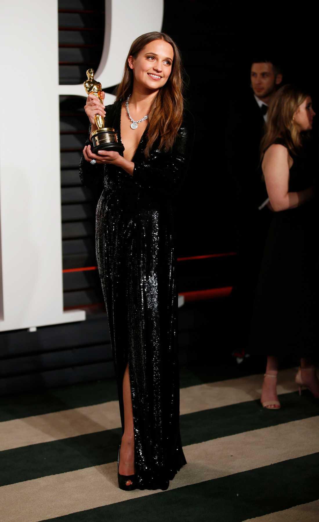 Stjärnan svidade om till en ny Louis Vuitton-blåsa av Nicolas Ghesquiere för efterfesten.