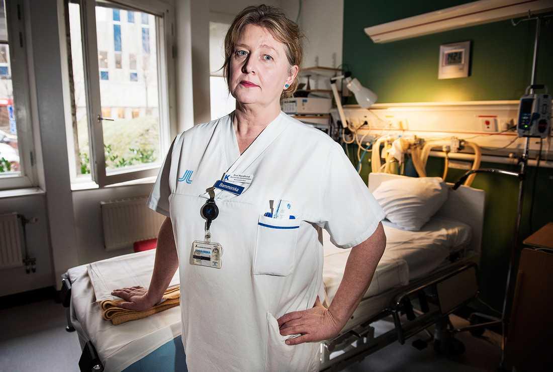 """Eva Nordlund har arbetat som barnmorska i 12 år, och lika länge sett oron hos de gravida kvinnorna: """"Men de är mer oroliga nu""""."""