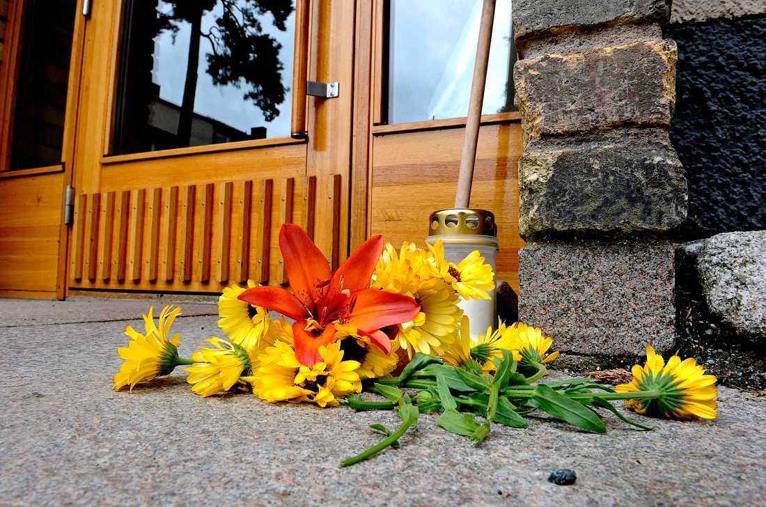 Flera människor lade blommor utanför den 13-åriga flickans port.