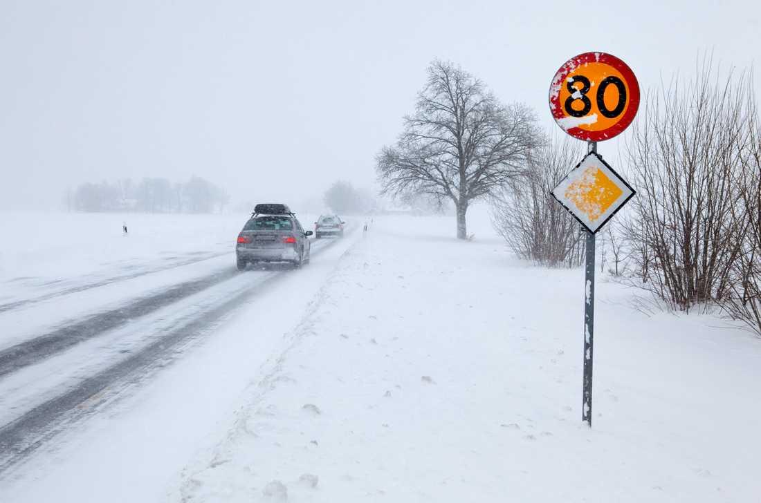 Tänk på att hålla avstånden och ha med dig rätt utrustning i bilen om du ger dig ut på vintervägarna.
