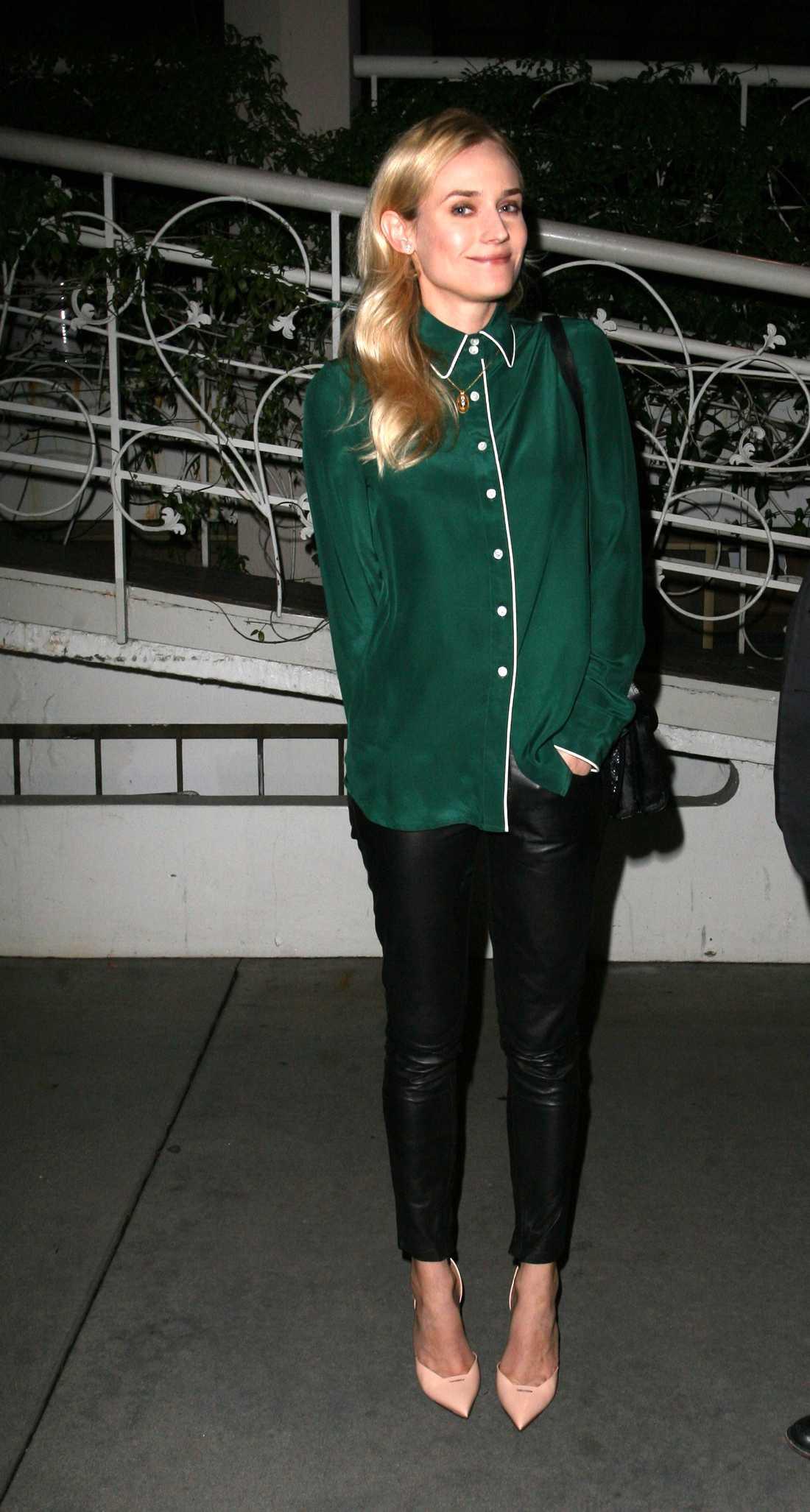 Diane Kruger är stilig i svarta skinnbyxor och grön sidenskjorta.