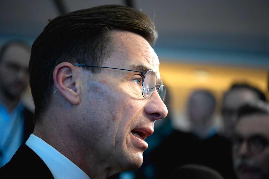 Moderaternas partiledare Ulf Kristersson (M) på väg in till partiledardebatten.