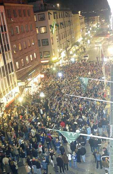 folkfesten i natt Över 20 000 människor fyllde gatorna i Jönköping efter slutsignalen - guldsignalen - och firade sina nya hjätar.