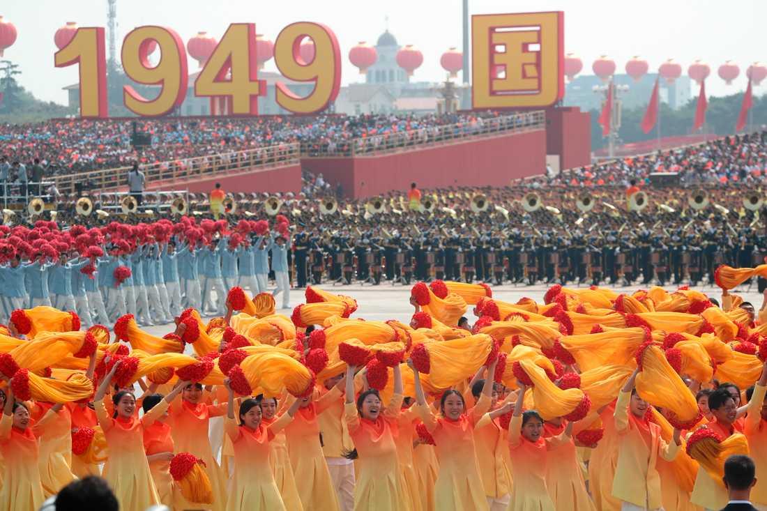 Tusentals människor deltar i det enorma firandet i Peking av Kinas 70-årsdag.