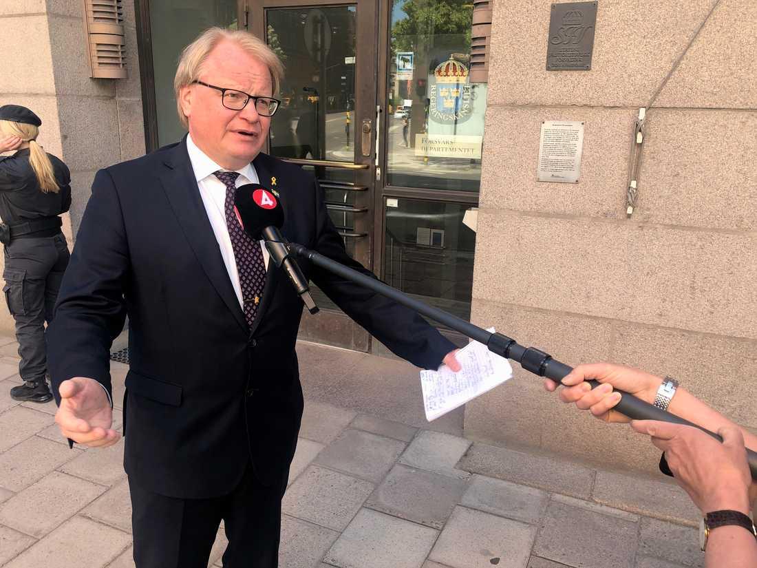 Försvarsminister Peter Hultqvist (S) utanför försvarsdepartementet efter förhandlingarnas sammanbrott.
