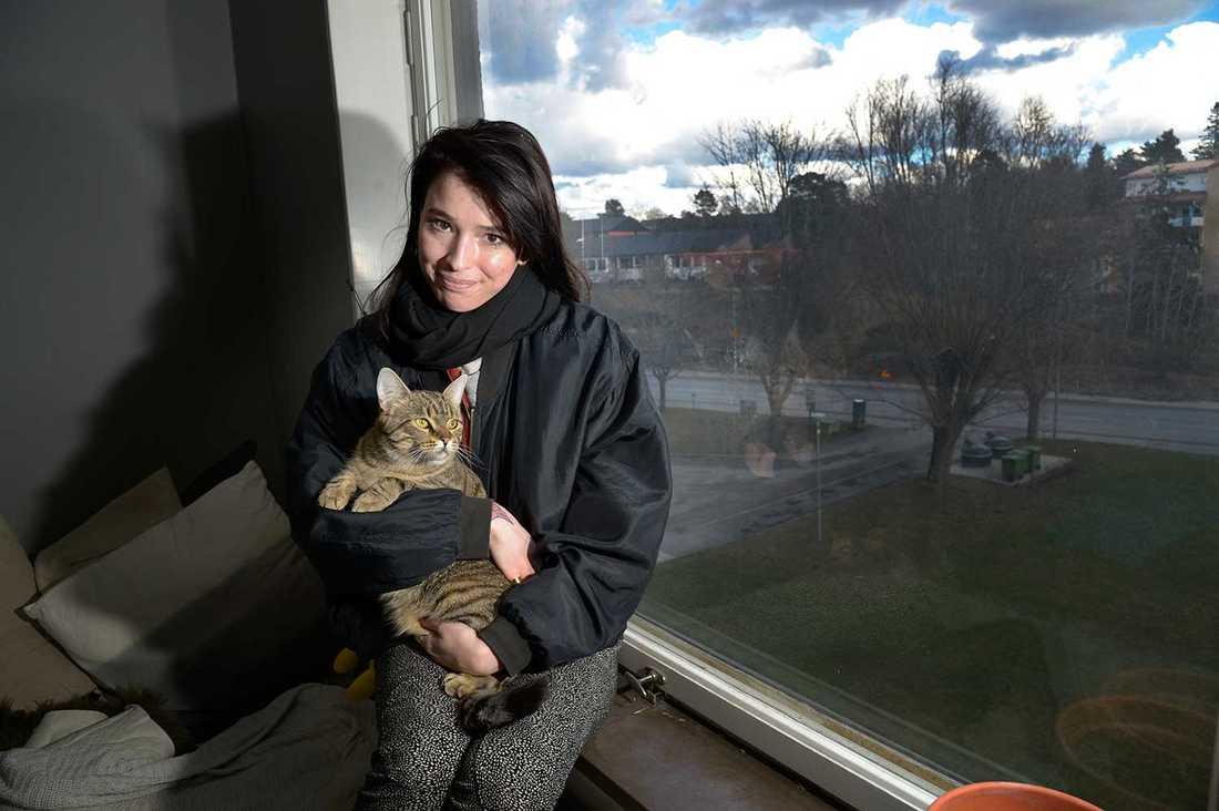 """""""Här hjälps man åt. I stan är alla främlingar"""", säger Alina Alkeby, 27, som hyllar sammanhållningen i Bredäng."""