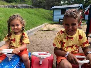 Isabella med brorsan Samuel.