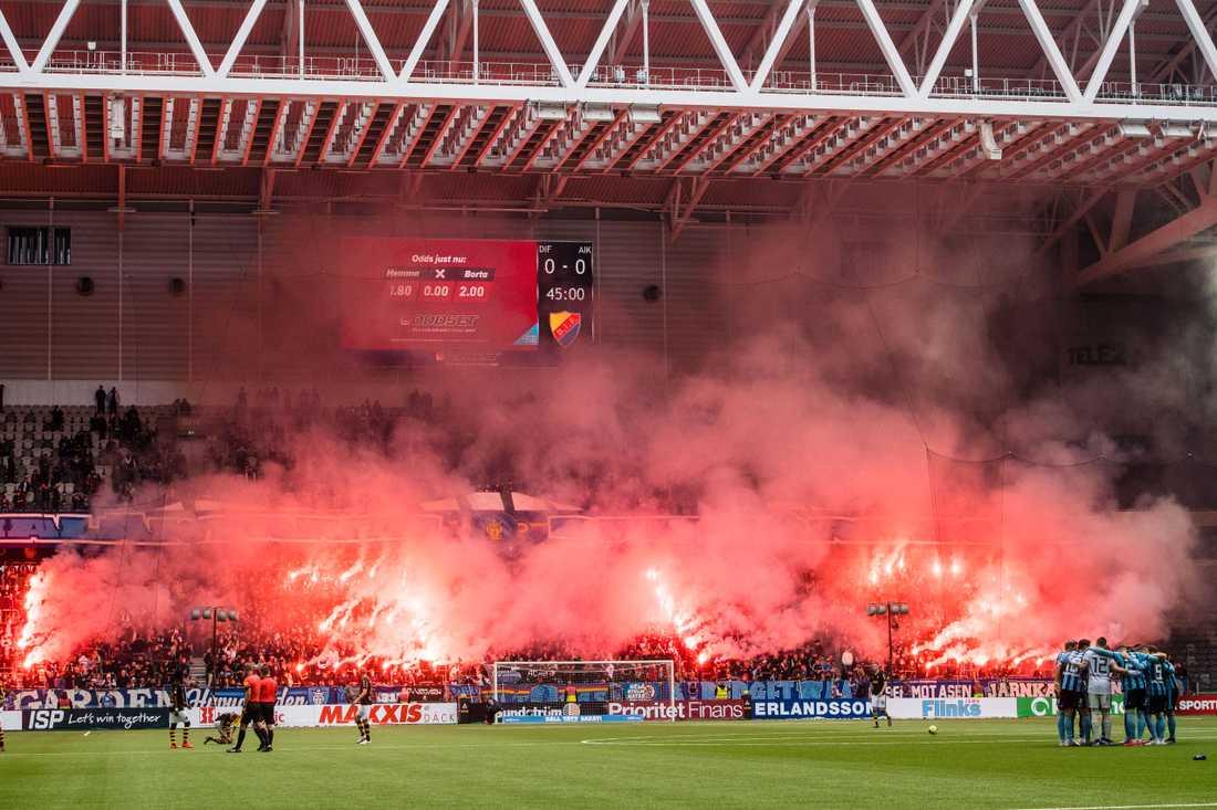 Djurgårdens fans protesterar mot polisen under derbyt mot AIK.