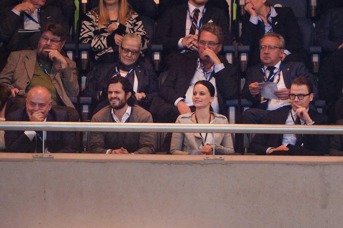 Prins Carl Philip, flickvännen Sofia och prins Daniel på fotbollsmatch på Friends Arena nyligen.
