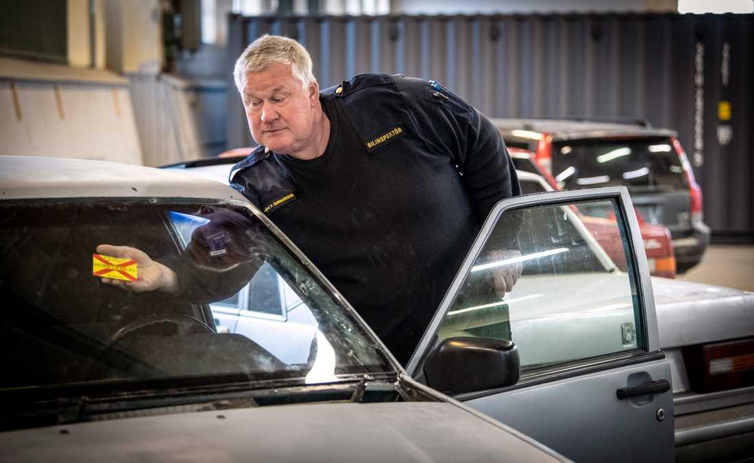Patrik Gunnarsson, bilinspektör, sätter körförbud på en av de beslagtagna epa-traktorerna hos polisen i Kristianstad.