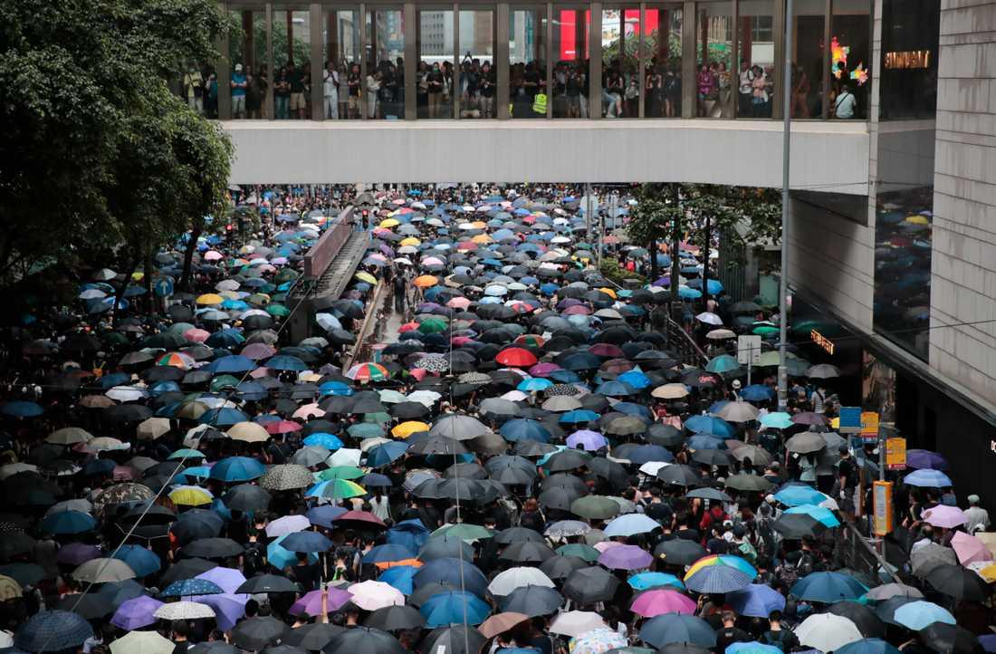Tiotusentals trotsade lördagens demonstrationsförbud för att protestera på Hongkongs gator.
