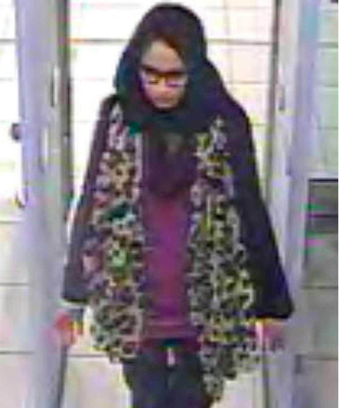 Shamima Begum fångades på övervakningskamera när hon lämnade Storbritannien 2015.