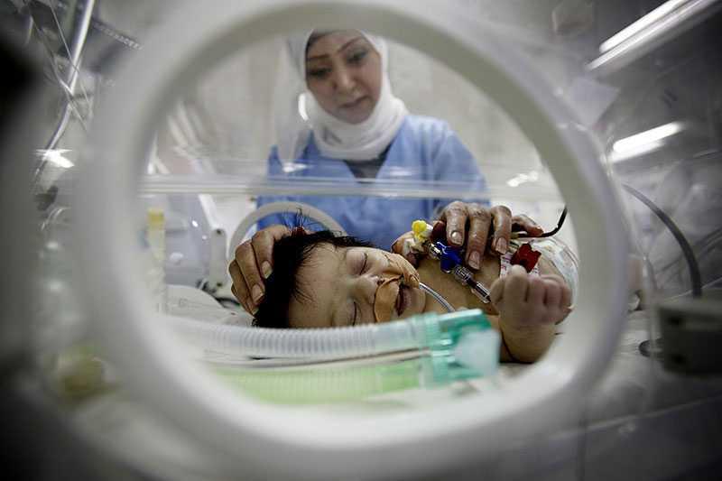 """FÖDDES MED HJÄRTFEL Sju dagar gamla Retay ligger i en kuvös på Alnasers barnsjukhus. Hon behöver omedelbart få vård i Israel. Hennes läkare har sökt tillstånd för att få föra henne ut ur Gaza. Men ingenting händer. """"Israelerna ska först kontrollera vilka hennes föräldrar är och vilken politisk åsikt de har. Så är det alltid"""", säger läkaren Nabil Barqouni. Retays hjärta klarar max ett par dagar till."""