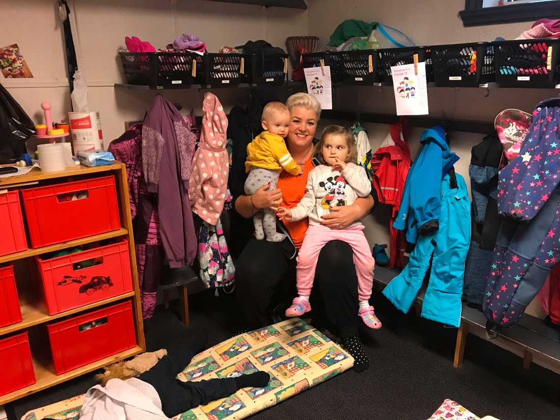 Helle Soos stoppar ovaccinerade barn på sin förskola – här syns hon med sina barnbarn.
