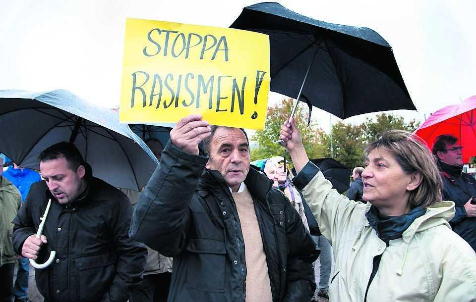 GRÄSTORP PÅ FÖTTER I går samlades cirka 500 personer i Grästrop för att protestera mot att det nazistkopplade Svenskarnas parti har fått ett mandat i kommunfullmäktige. Skenoler Tarovski gjorde sin ståndpunkt klar.