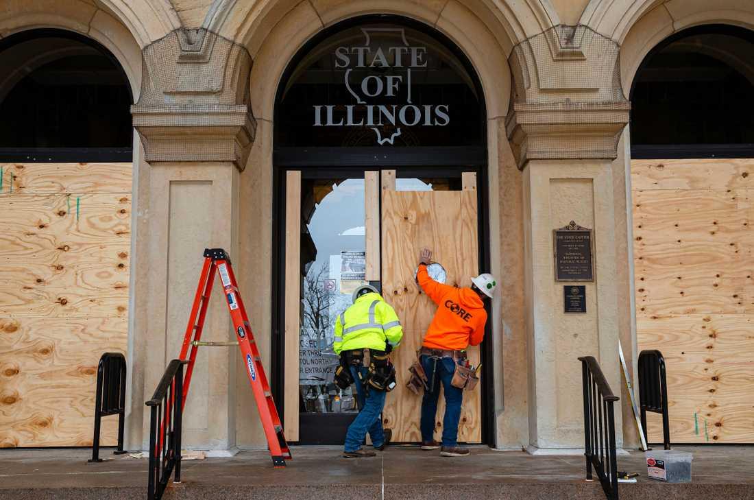 En ingång till Illinois Kapitolium, i Springfield, bommas igen med plywood-skivor.