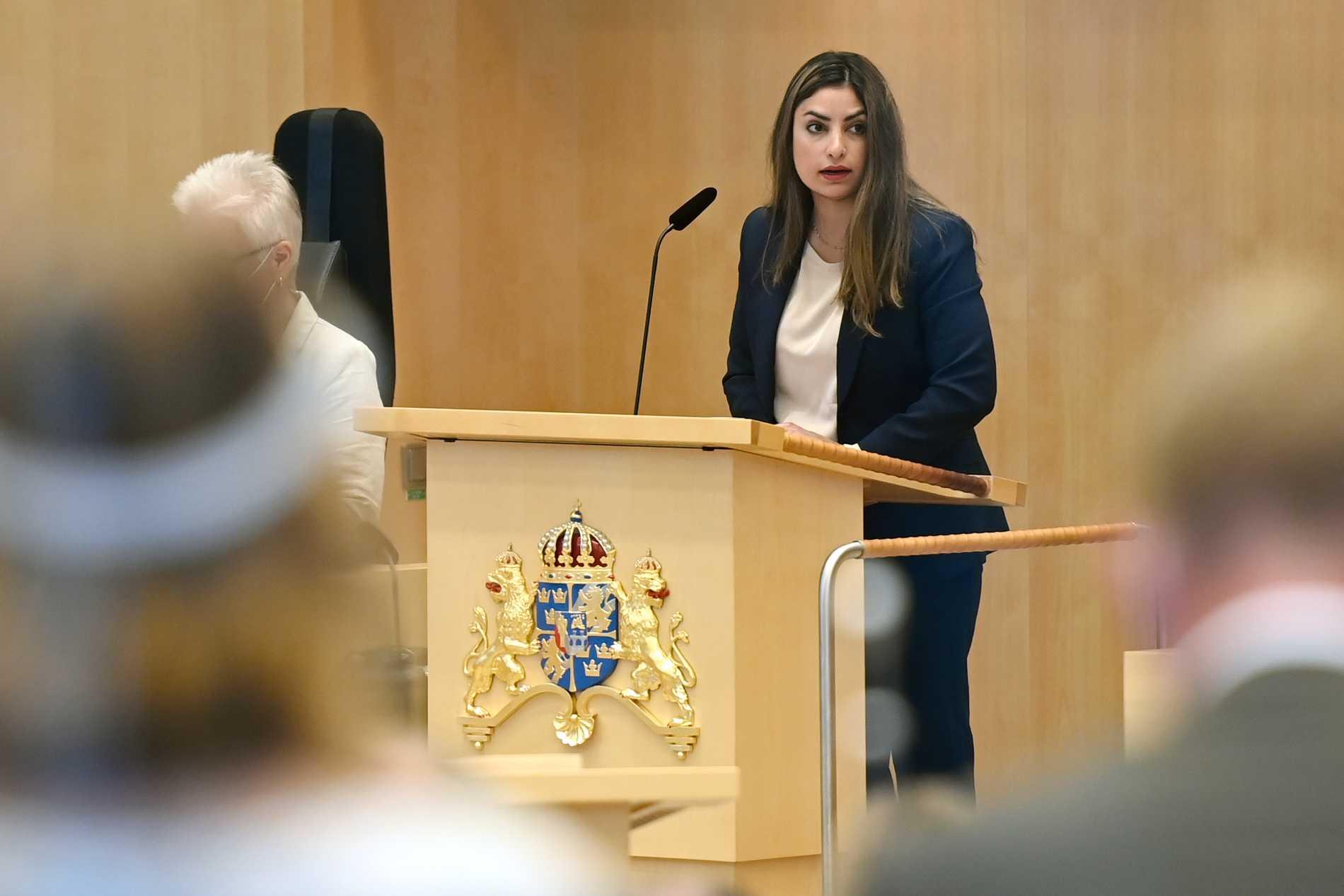 Vänsterpartiets partiledare Nooshi Dadgostar (V) talar i plenisalen före måndagens misstroendeomröstningen mot statsminister Stefan Löfven i riksdagen.