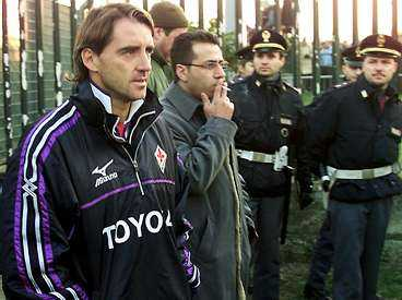 en klubb i kris Tränaren Roberto Mancini fick bevakas av polis när Fiorentina tränade förra säsongen - ett tecken på att det inte stod rätt till i föreningen.