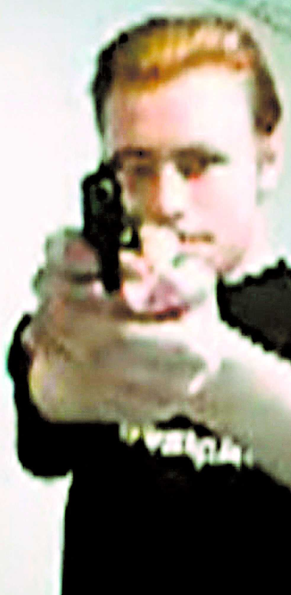 """VARNADE OM MASSAKERN Dagen före vansinnesdådet på skolan la Pekka-Eric Auvinen, 18, upp en kortfilm med namnet """"Jokela High School Massacre"""" på sajten Youtube. Det var då bara timmar kvar innan döden kom till Jokela, fem mil norr om Helsingfors."""