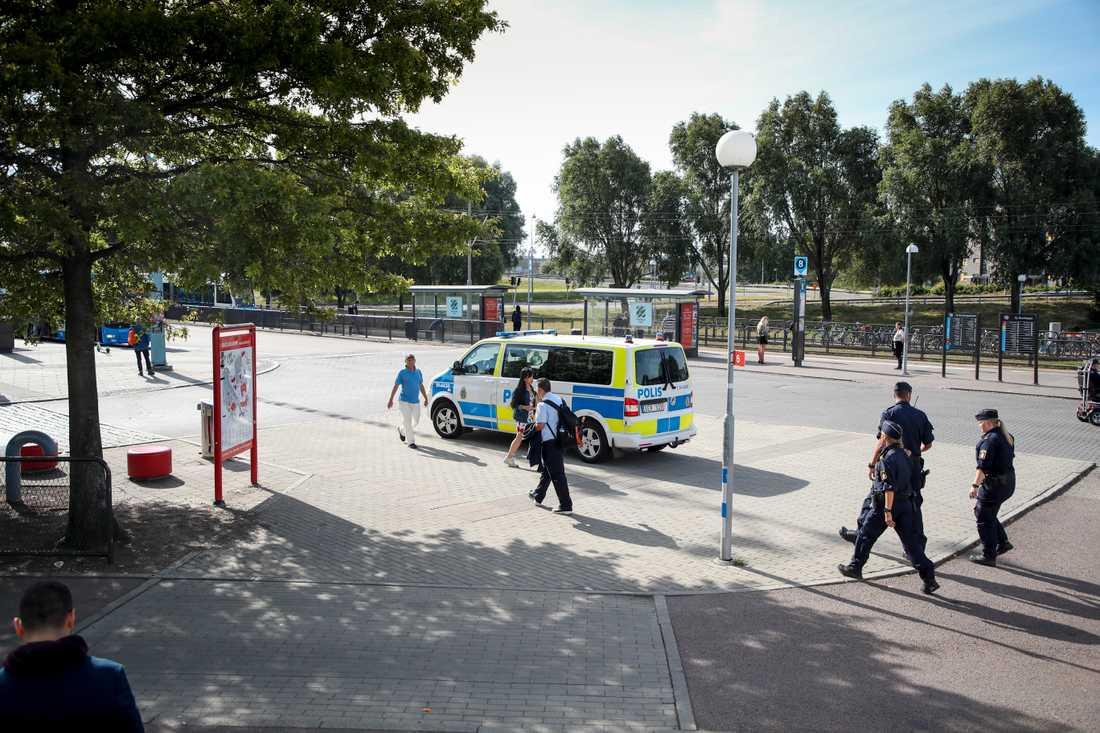 En 18-årig man har knivhuggits till döds vid ett rån på Hjalmar Brantingsplatsen i Göteborg.