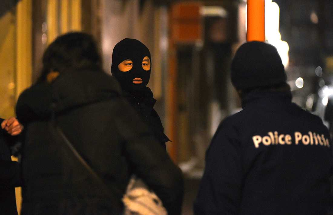 Polisen gör en husransakan i en lägenhet i Schaerbeek kvällen dagen efter terrordådet.