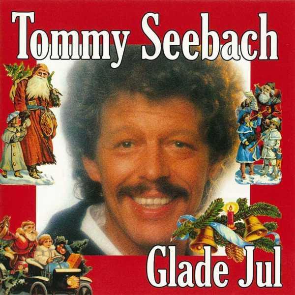 Tommy Seebach Hundratals julomslag ser väldigt billiga ut men frågan är om inte den danska schlagerkungen Tommy Seebachs omslag ser billigast ut. Men det går ändå inte att bli irriterad på Tommy. Schlagerkungen ser så glad ut. Och glädje är något som bör prioriteras i jul. God Jul fina Tommy.