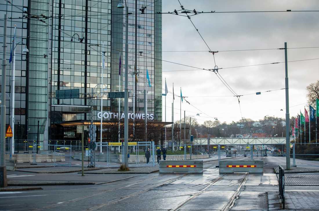 Avspärrningar och polisbevakning utanför hotell Gothia Towers i Göteborg inför EU-toppmötet.