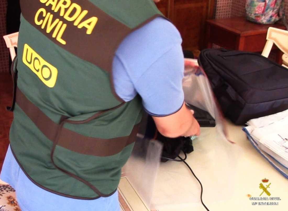 När polisen genomförde en husrannsakan hittade man en mängd sexleksaker samt flera sparade videoklipp där kvinnan ses instruera sina barn framför kameran.