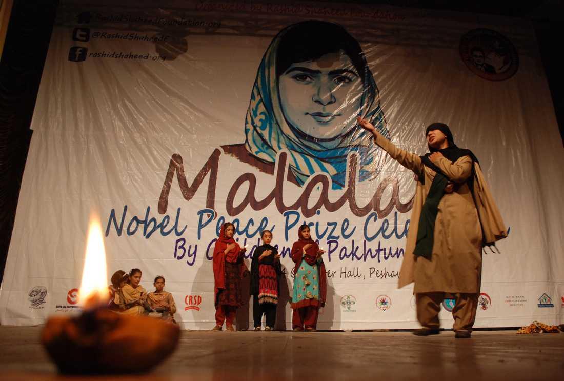 En vägg till Malalas ära på en skola i Pakistan.